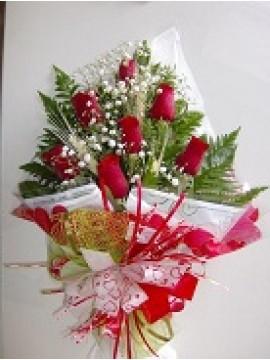 Bouque com 6 rosas ,verdes, trigos, celofane e laço de fitas. Dimensões: 40X 15 cm.....
